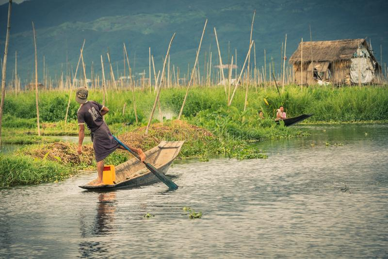 Pesca praticando do pescador de Myanmar no lago Inle em Myanmar foto de stock