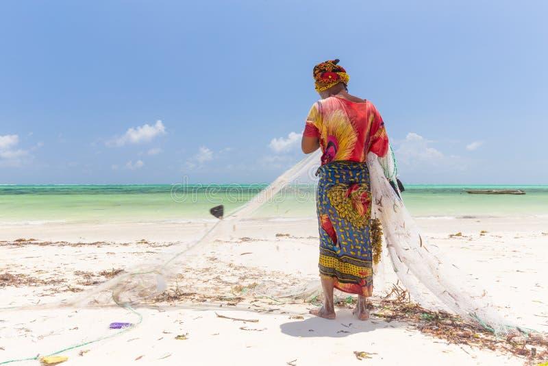 Pesca rural local del africano tradicional en la playa de Paje, Zanzíbar, Tanzania imágenes de archivo libres de regalías