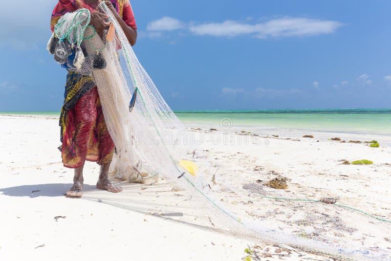 Pesca rural local del africano tradicional en la playa de Paje, Zanzíbar, Tanzania imagen de archivo libre de regalías