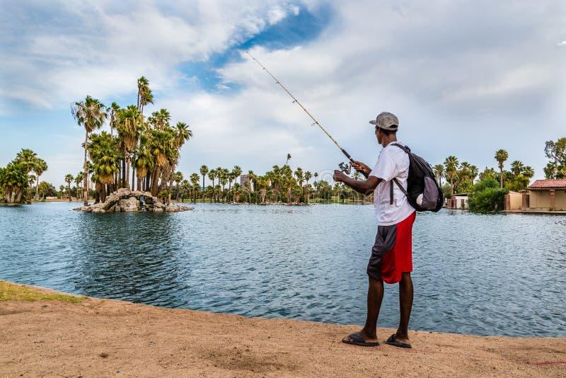 Pesca senza tetto dell'uomo fotografia stock