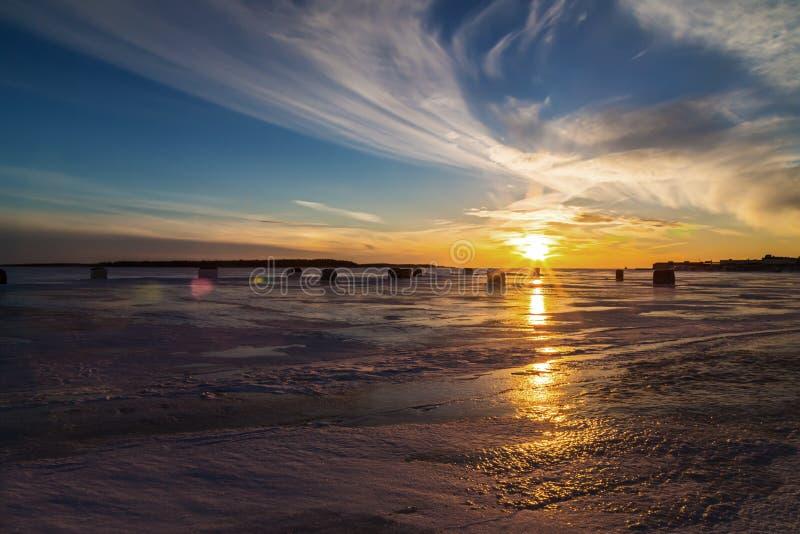 Pesca sul ghiaccio al tramonto fotografia stock