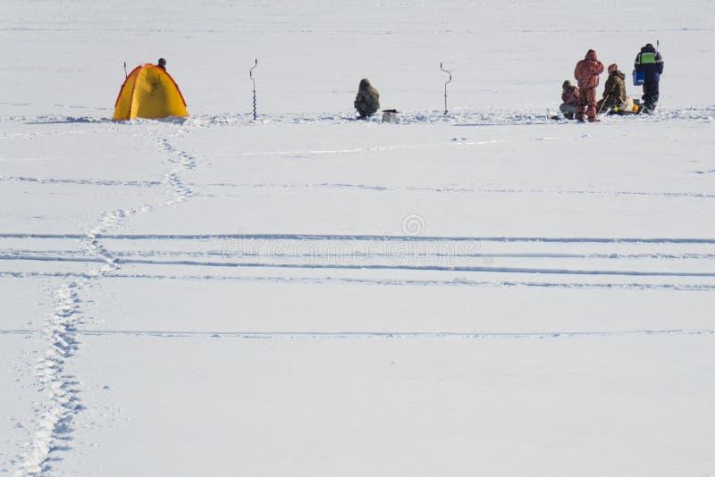Pesca sul ghiaccio degli sport invernali fotografie stock