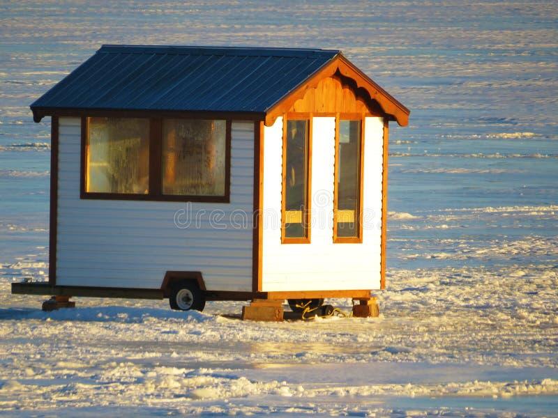 Pesca sul ghiaccio Shack fotografie stock libere da diritti