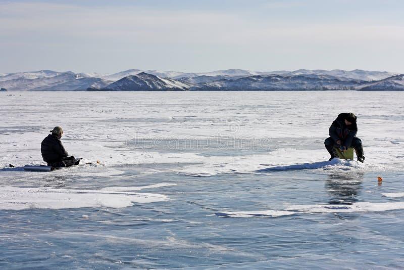 Pesca sul ghiaccio sul lago Baikal nell'inverno immagine stock libera da diritti