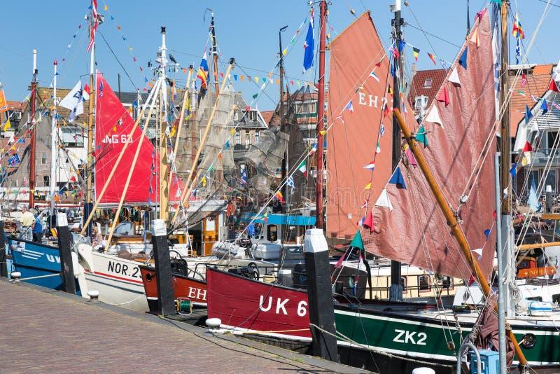 A pesca tradicional decorada envia no porto de Urk, os Países Baixos fotografia de stock royalty free