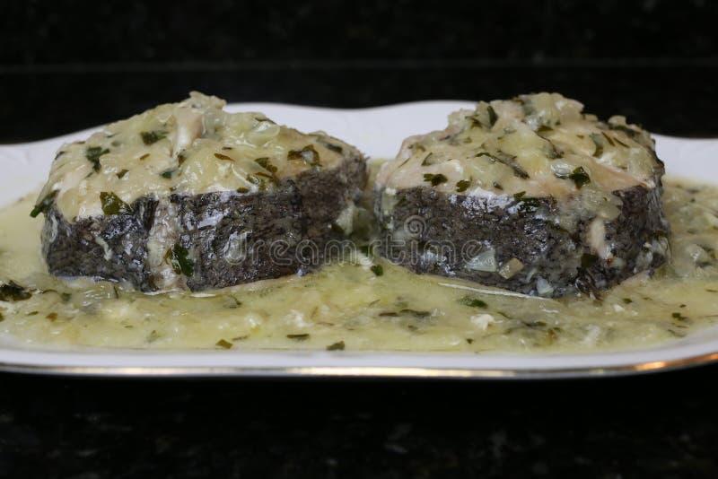 Pescadas no molho verde um prato de peixes muito popular imagem de stock royalty free
