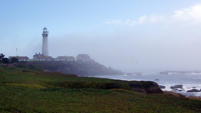 PESCADERO, KALIFORNIA STANY ZJEDNOCZONE, OCT, - 6, 2014: Gołębia punkt latarnia morska wzdłuż autostrady Żadny 1 obraz royalty free