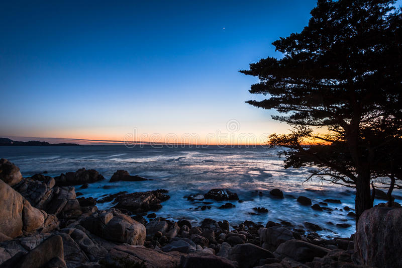 Pescadero-Punkt-Sonnenuntergangansicht an entlang einem berühmten 17 Meilen-Antrieb - Monterey, Kalifornien, USA lizenzfreie stockbilder