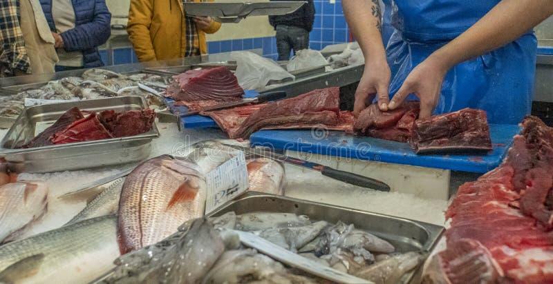 Pescado en un puesto de mercado fotos de archivo