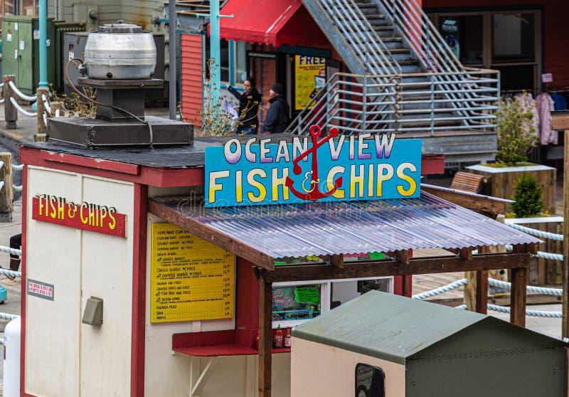 Pescado frito con patatas fritas de la vista al mar imagenes de archivo