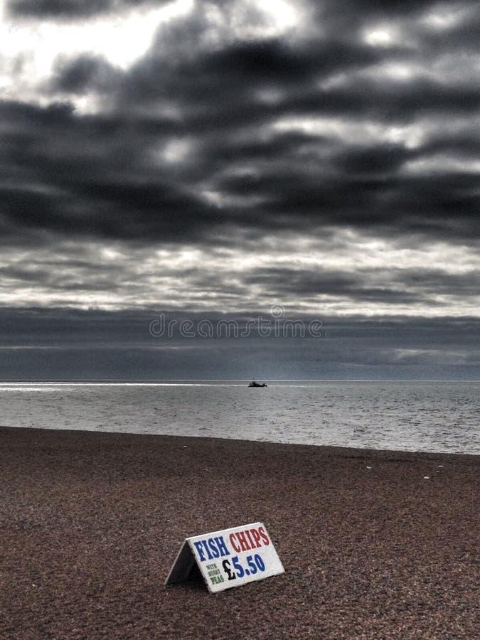 Pescado frito con patatas fritas en la playa de Brighton fotografía de archivo