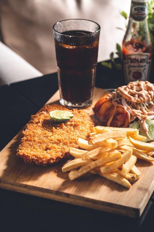 Pescado frito con patatas fritas con la bebida de la soda fotos de archivo