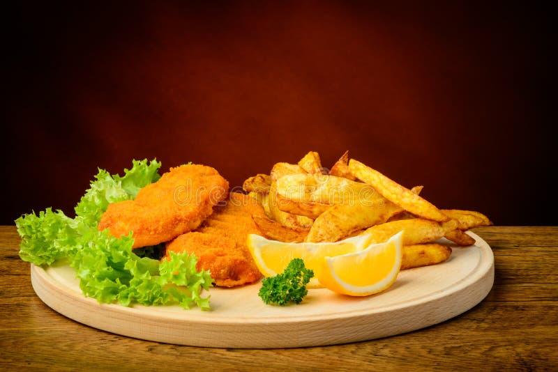 Pescado frito con patatas fritas tradicionales imagen de archivo