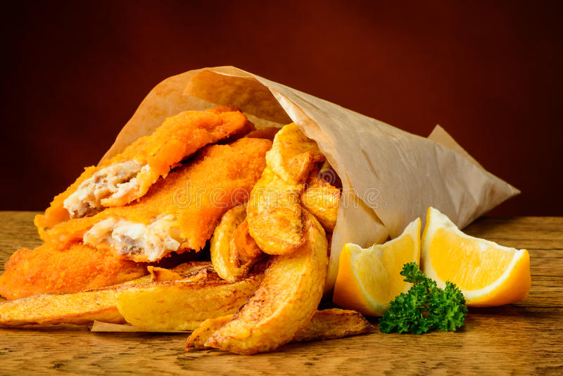 Pescado frito con patatas fritas tradicionales imagen de archivo libre de regalías