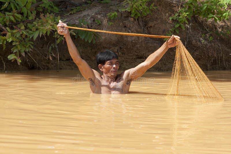 Pescador asiático com rede do throw imagens de stock royalty free
