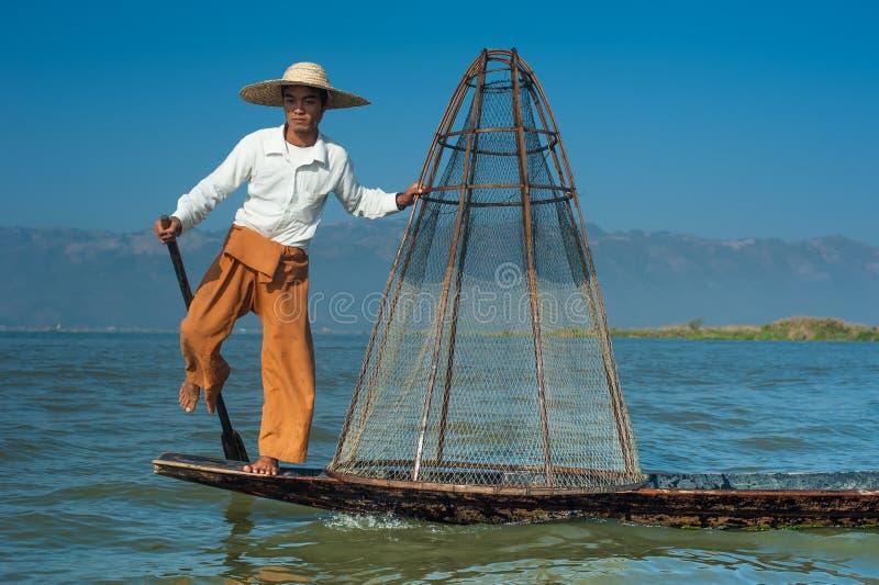 Pescador birmano en pescados de cogida del barco de bambú myanmar fotos de archivo libres de regalías