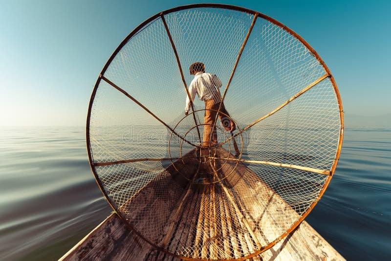 Pescador birmano en pescados de cogida del barco de bambú Lago Inle, Myanmar (Birmania) imagen de archivo libre de regalías
