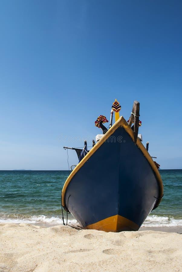 Pescador Boat Parked na costa da praia imagem de stock royalty free