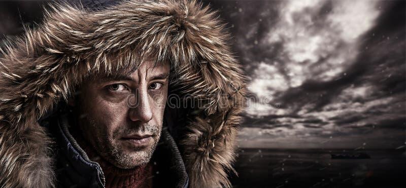 Pescador brutal vestido na roupa do inverno. foto de stock