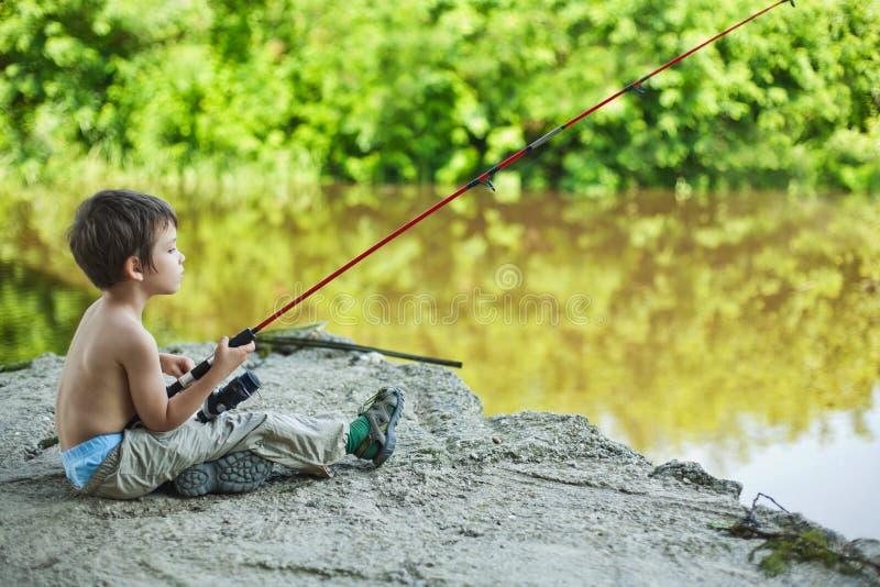 Pescador calmo da criança imagens de stock