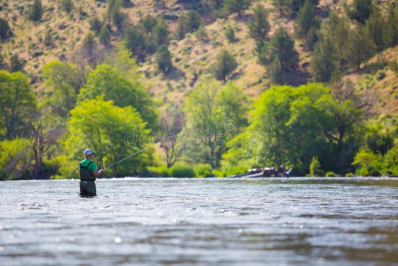 Pescador Casting de la mosca en el río de Deschutes foto de archivo libre de regalías