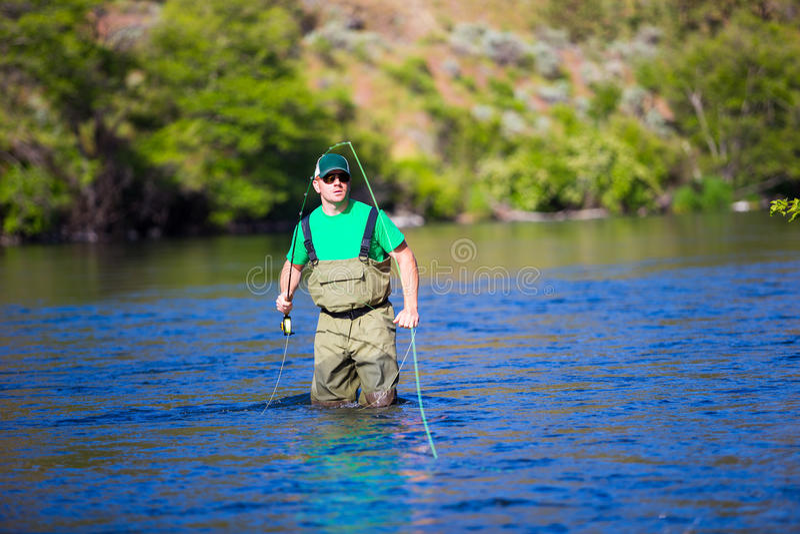 Pescador Casting de la mosca en el río de Deschutes imagenes de archivo