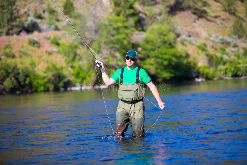 Pescador Casting de la mosca en el río de Deschutes fotografía de archivo