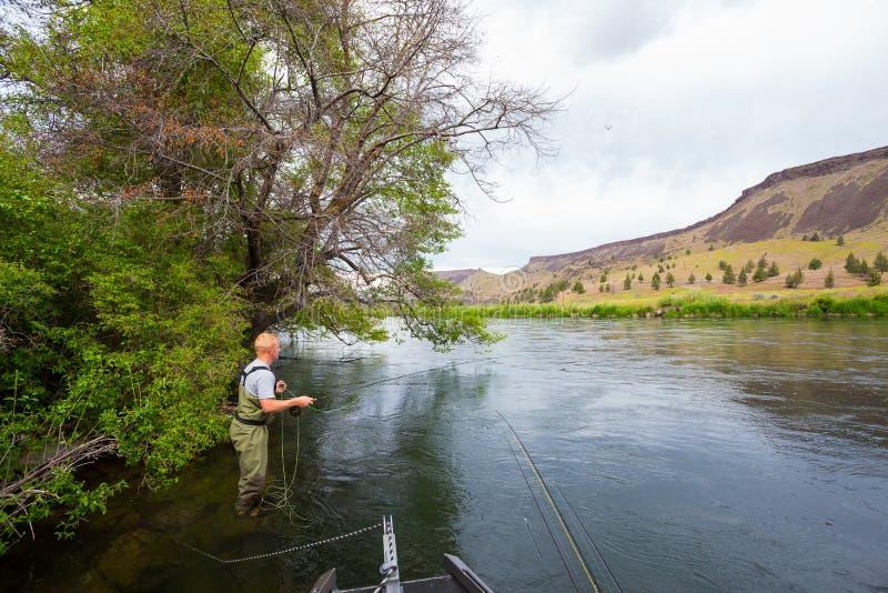 Pescador Casting de la mosca en el río de Deschutes fotografía de archivo libre de regalías