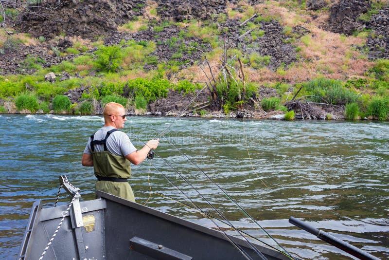 Pescador Casting de la mosca en el río de Deschutes imagen de archivo