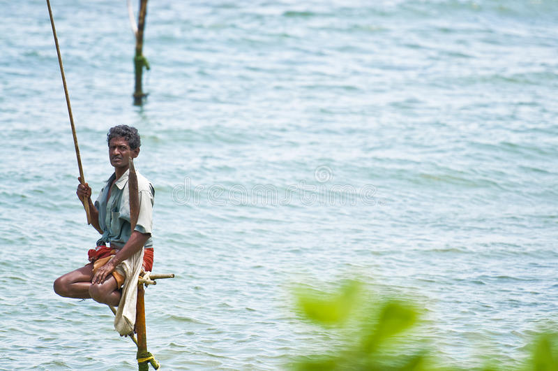 Pescador cingalês tradicional do stilt fotografia de stock
