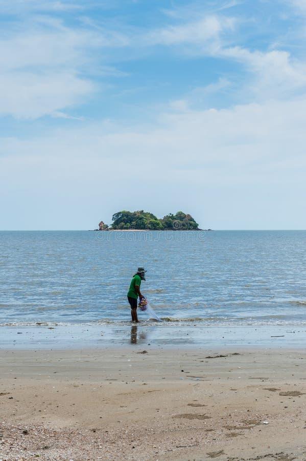 Pescador com ele trabalho na praia fotografia de stock royalty free