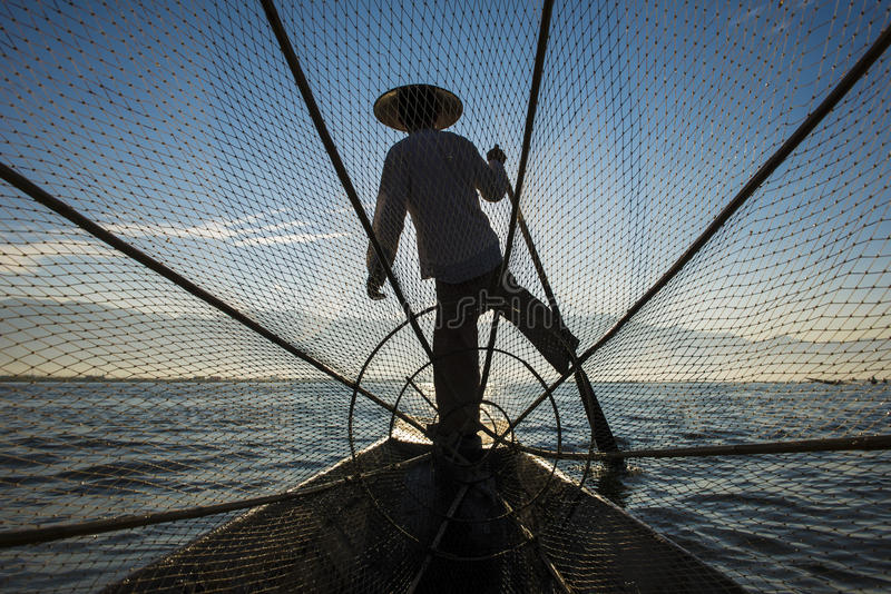 Pescador com o céu azul no lago fotos de stock