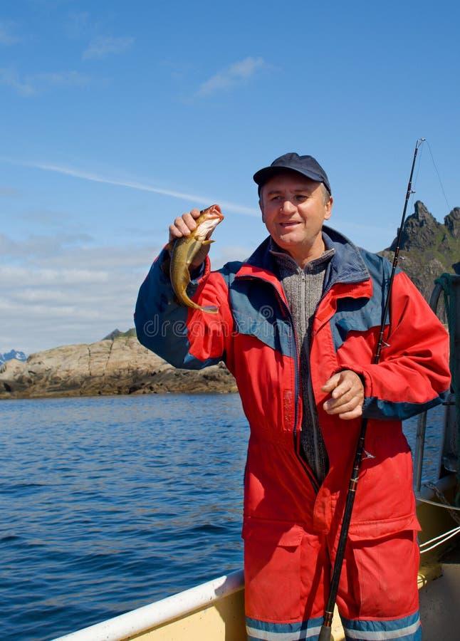 Pescador com peixes pequenos fotografia de stock royalty free