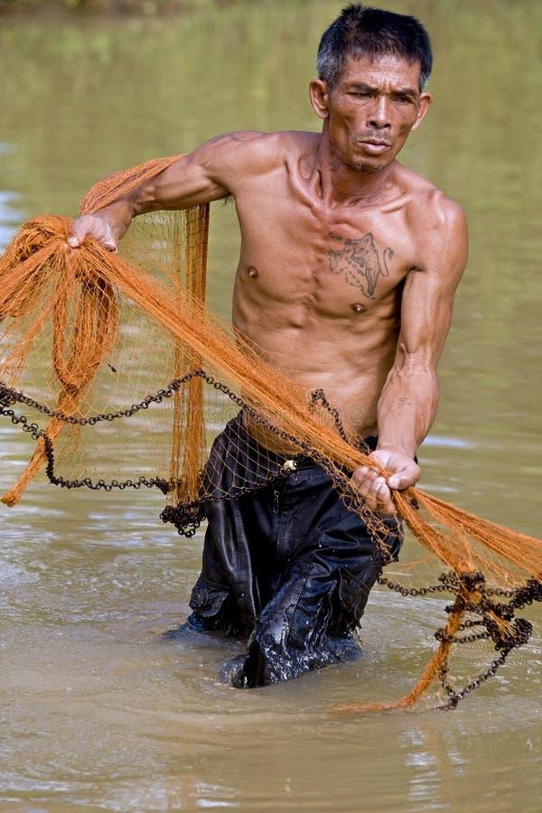 Pescador de Tailandia con la red del tiro imagen de archivo