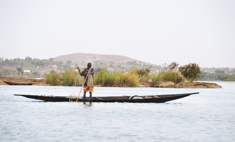 Pescador del Bozo fuera de Bamako, Malí fotografía de archivo