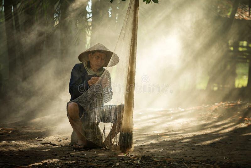 Pescador del río Mekong tailandés y de Laos foto de archivo libre de regalías