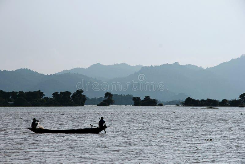 Pescador del tiempo de la pesca? en el lago, cerca a la puesta del sol imagen de archivo
