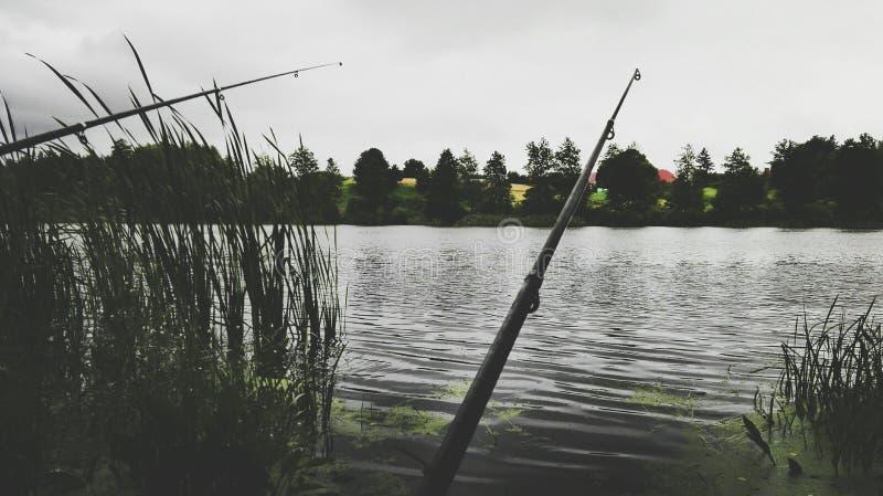 Pescador del tiempo de la pesca? en el lago, cerca a la puesta del sol fotografía de archivo