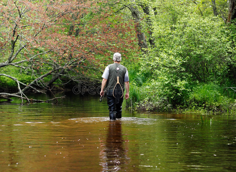 Pescador Downstreams que recorre imagen de archivo