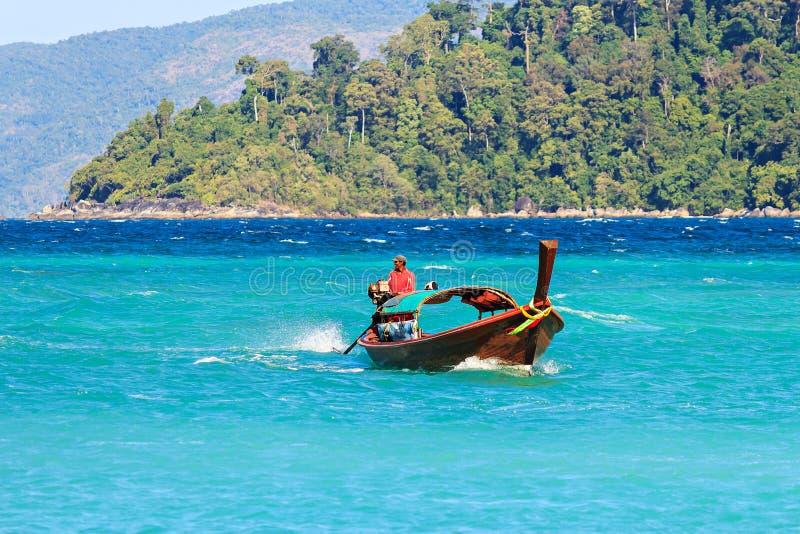 Pescador e barco não identificados na ilha de Lipe foto de stock