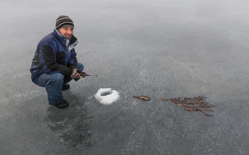 Pescador e a pesca do inverno fotos de stock