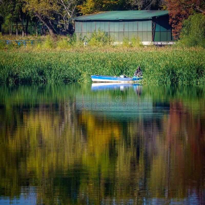 Pescador em um barco fotografia de stock royalty free