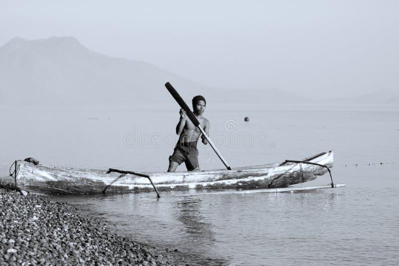 Pescador em um barco imagens de stock