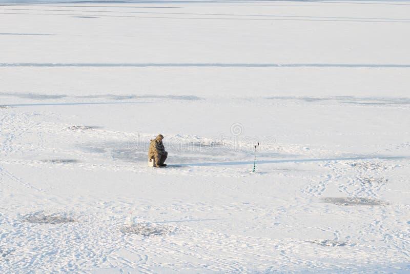 Pescador em um dia gelado do inverno foto de stock royalty free