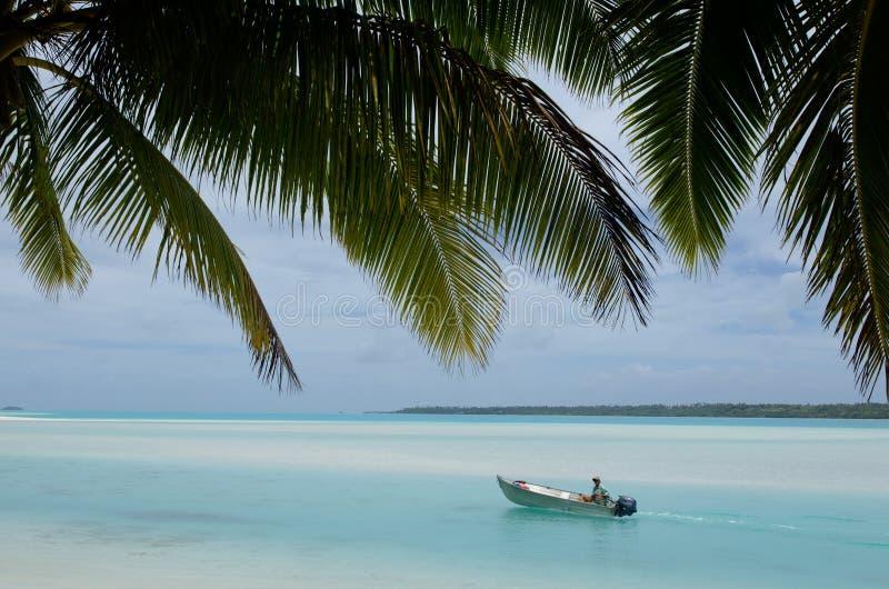 Pescador en barco de pesca en el cocinero Islands de la laguna de Aitutaki imagen de archivo libre de regalías