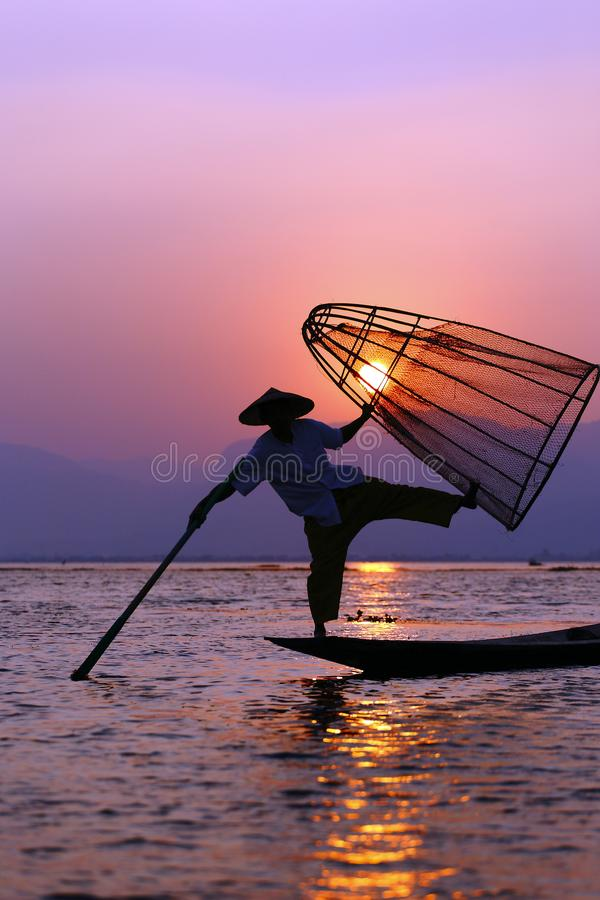 Pescador en el lago Inle imagen de archivo