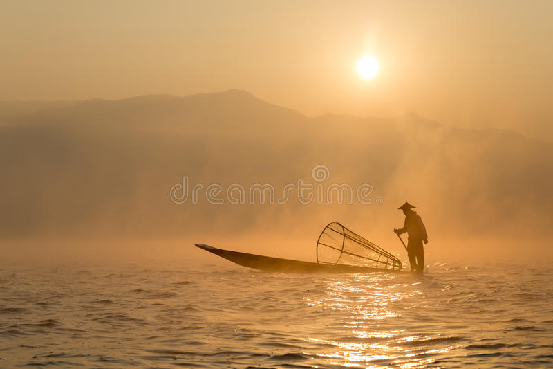 Pescador en el lago Inle, Maynmar fotos de archivo libres de regalías