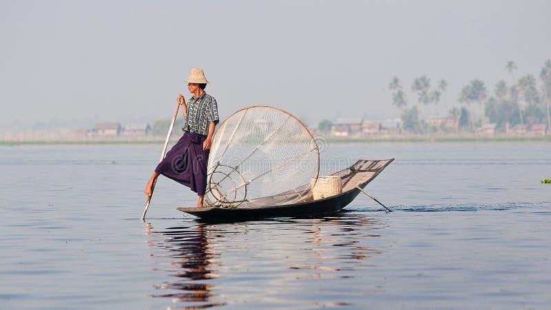 Pescador en el lago myanmar del inle imagen de archivo