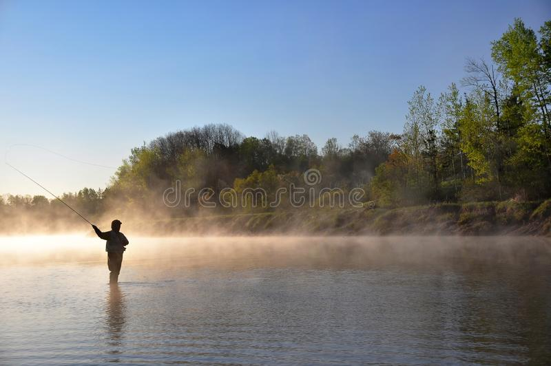 Pescador en el río - pesca con mosca imágenes de archivo libres de regalías
