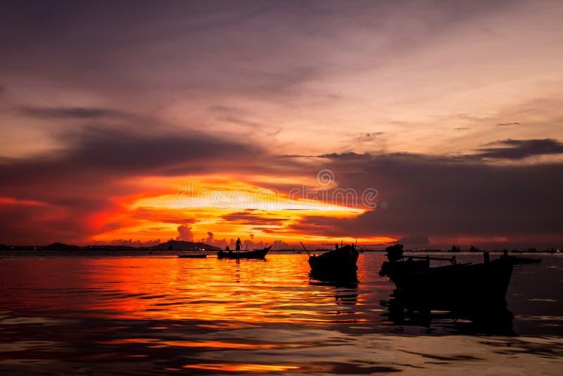 Pescador en fondo de la puesta del sol foto de archivo libre de regalías